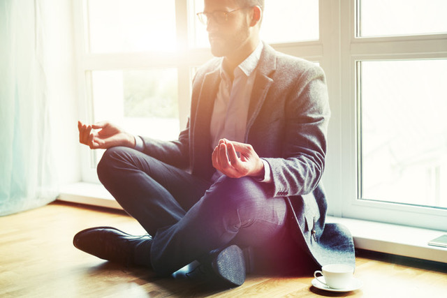 Homme méditation travail