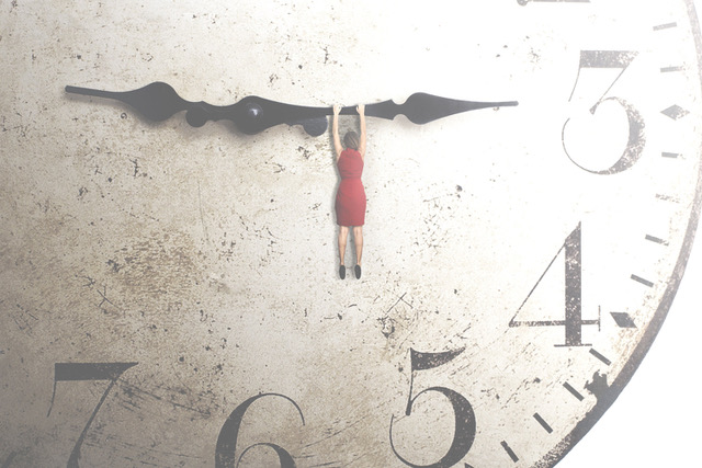 Femme-suspendue-horloge-temps