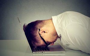 employé face à son ordinateur désespéré